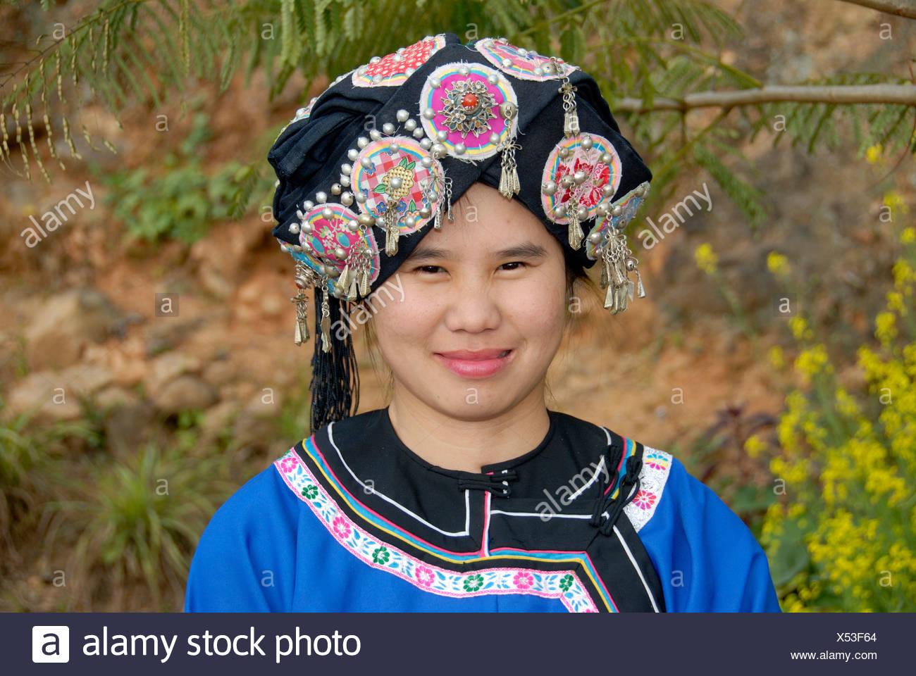 Porträt einer jungen Frau von der Hor-Lolo Ethnie, in traditioneller Tracht, Kopfschmuck, Phongsali, Laos, Südostasien Stockbild