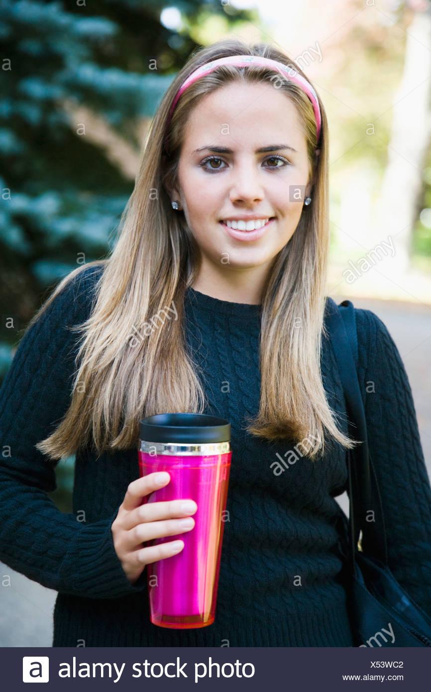 Frau mit einem isolierten Getränkeverpackung Stockbild