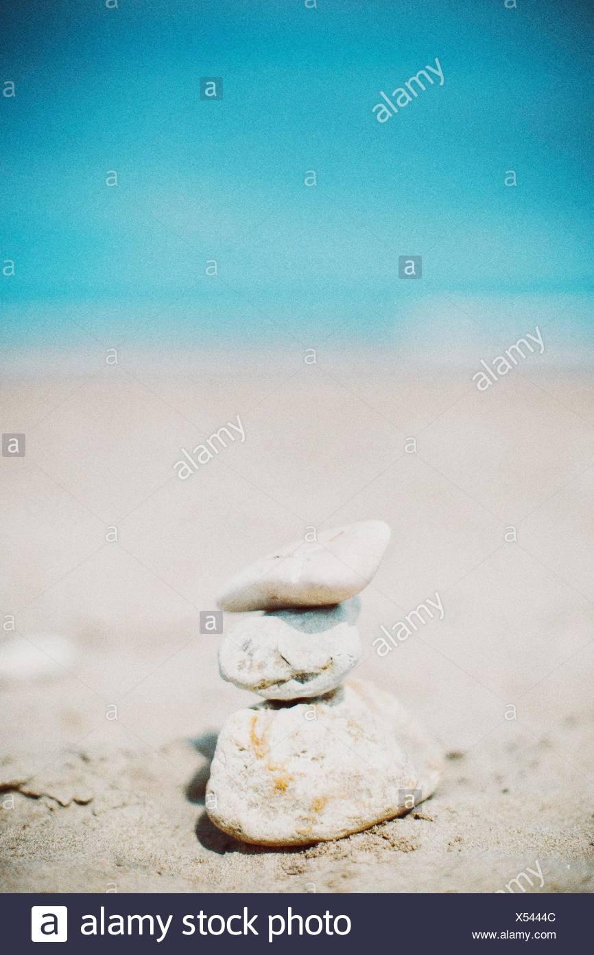 Stapel von Steinen am Strand Stockfoto