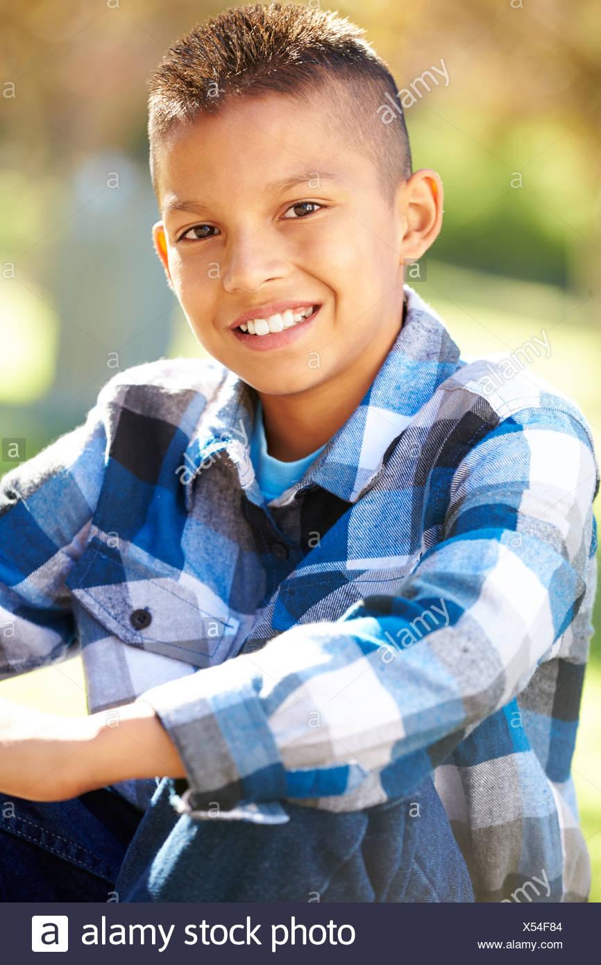 Porträt von Hispanic Boy In Landschaft Stockbild