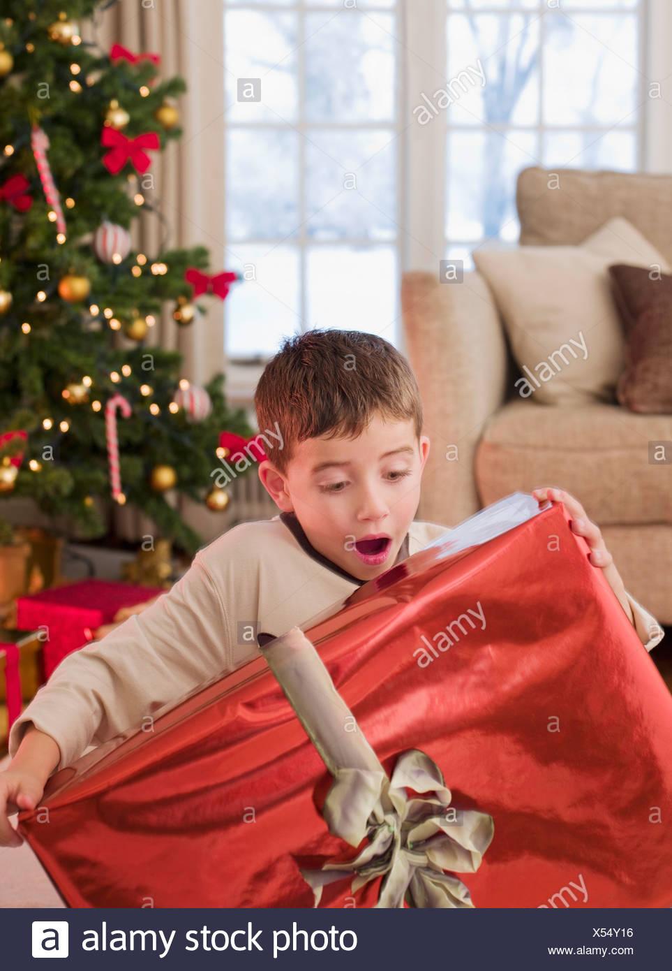 Überrascht junge hält Weihnachtsgeschenk Stockfoto, Bild: 278548178 ...