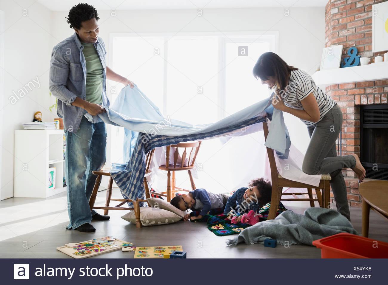 Eltern erstellen Fort über schlafende Kinder Stockbild