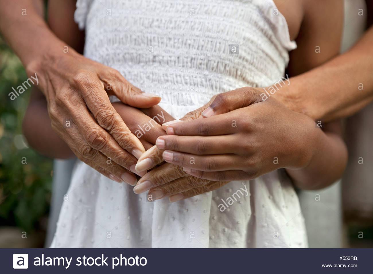 Ältere Frau und Enkelin Hände hautnah Stockfoto