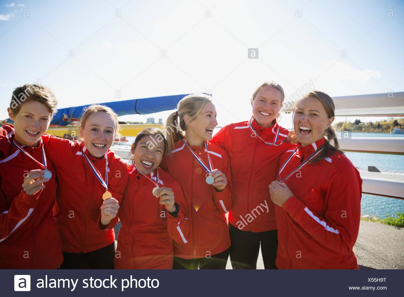 Porträt des Ruderns Team mit Medaillen feiern Stockbild