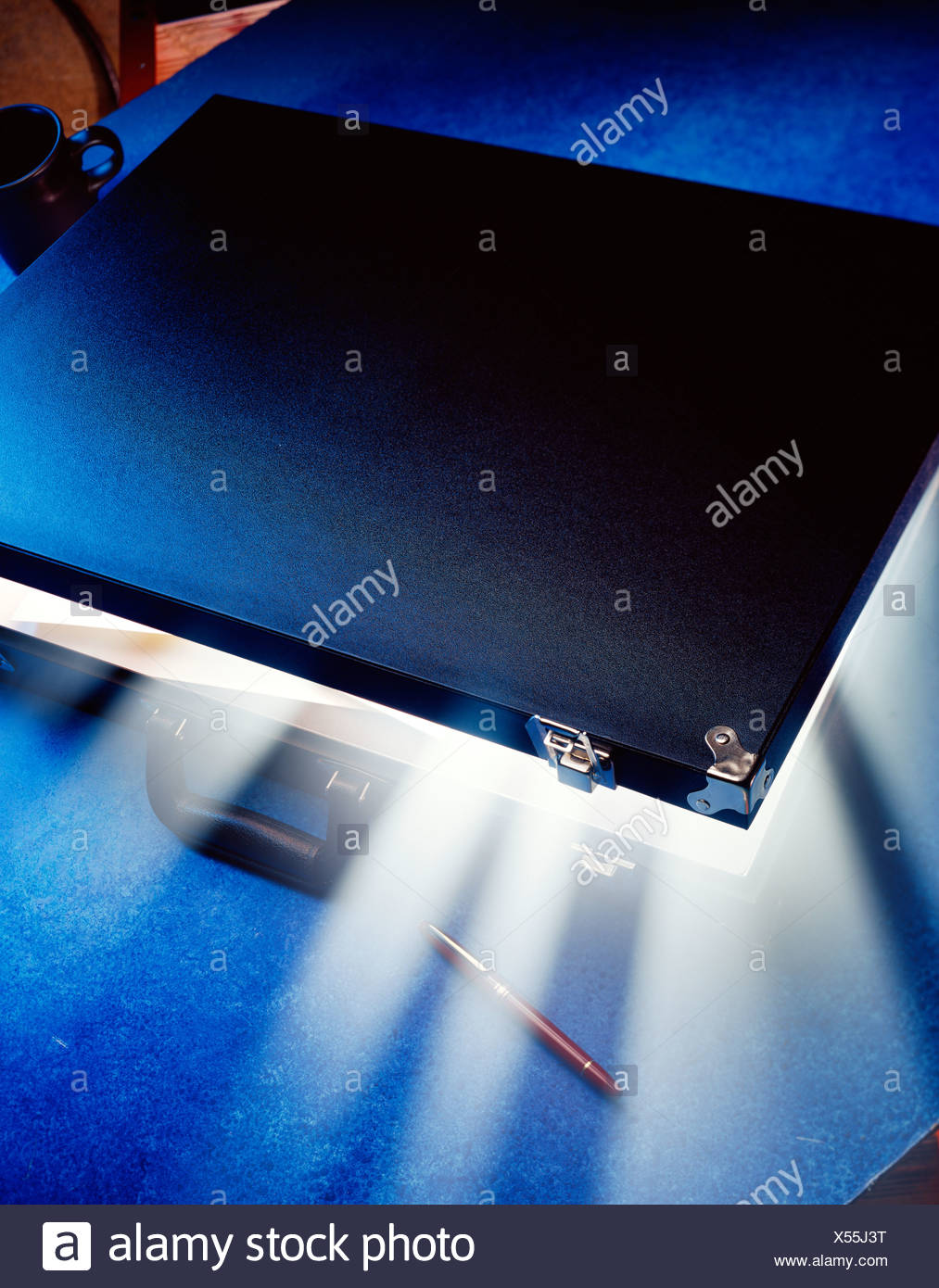 Konzept. Light Emitting Aktentasche. Stockbild