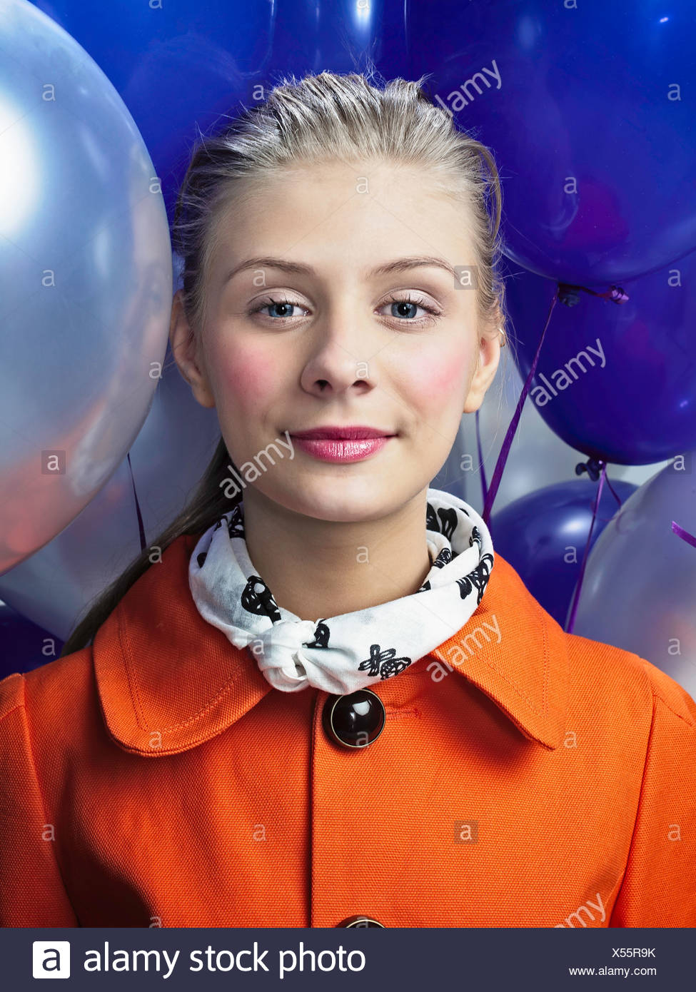 Lächelnde Frau mit Luftballons Stockbild