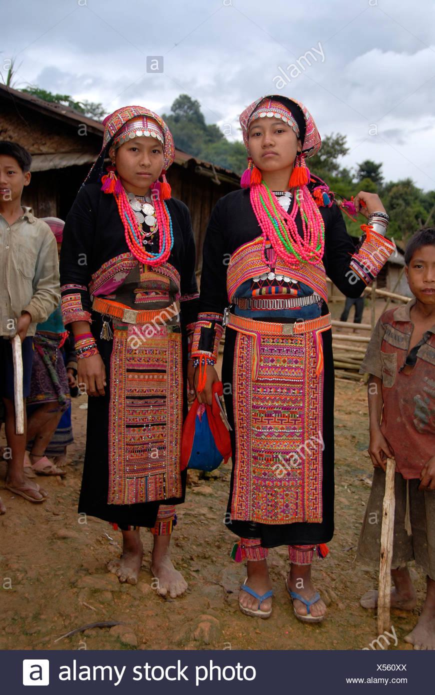 Junge Frauen des Stammes Akha Pala tragen bunte Tracht, Ban Saenkham Tai, Provinz Phongsali, Laos, Süd Eas Stockbild