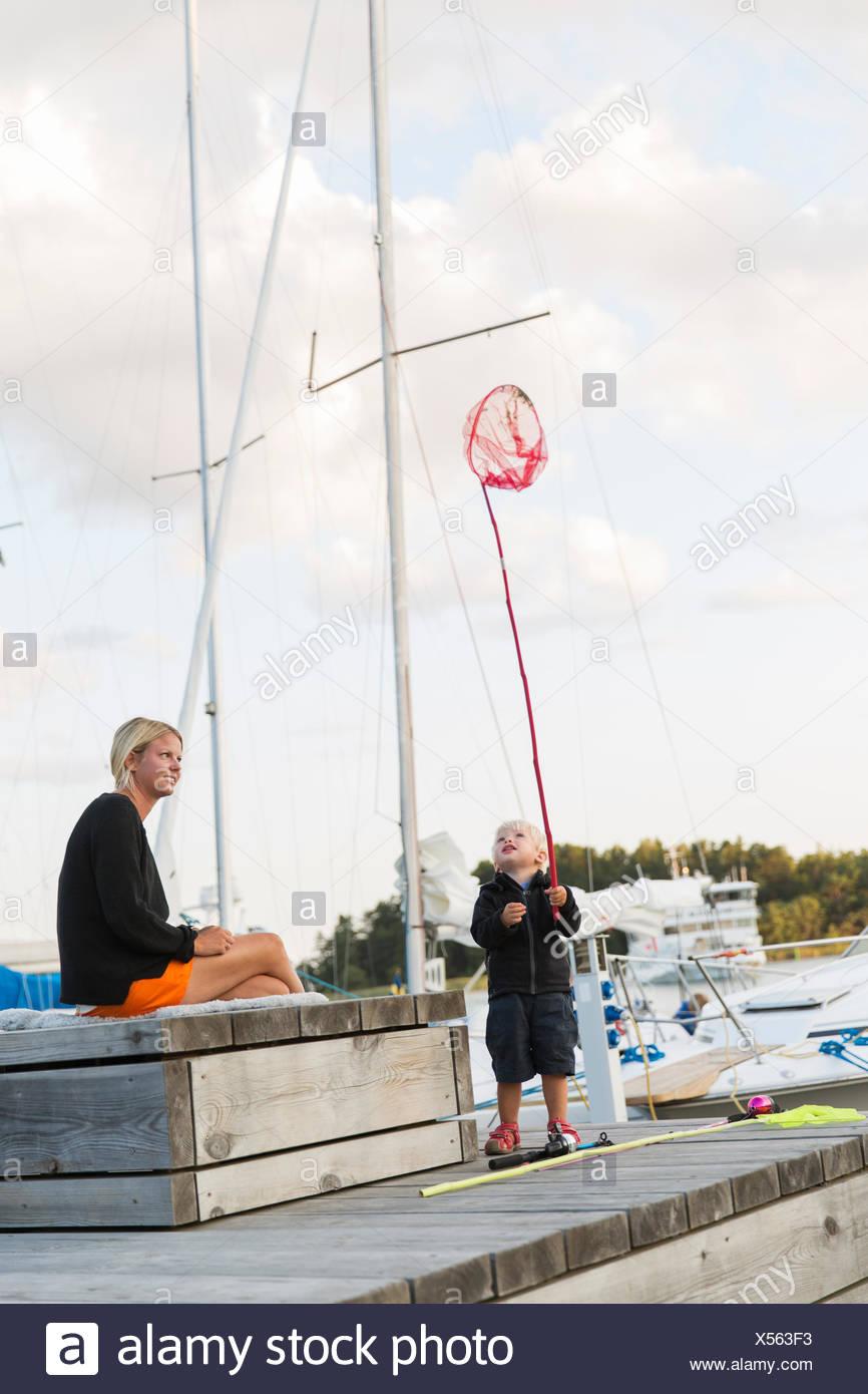 Schweden, Stockholmer Schären, Sodermanland, Uto, Mutter mit Sohn (12-17 Monate) am Steg Stockbild