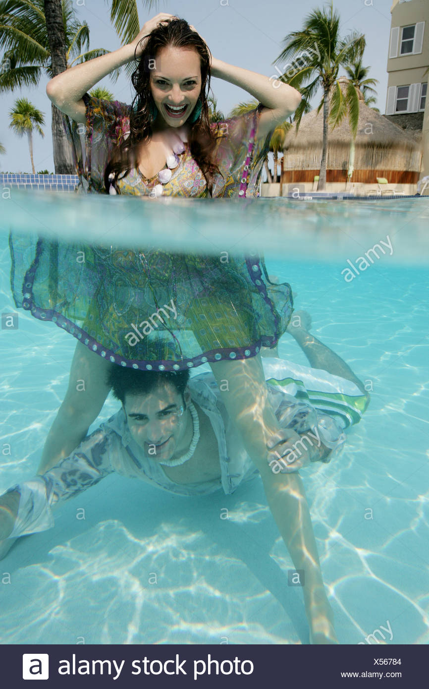 gl ckliches junges paar voll bekleidet im pool stockfoto bild 278576596 alamy. Black Bedroom Furniture Sets. Home Design Ideas