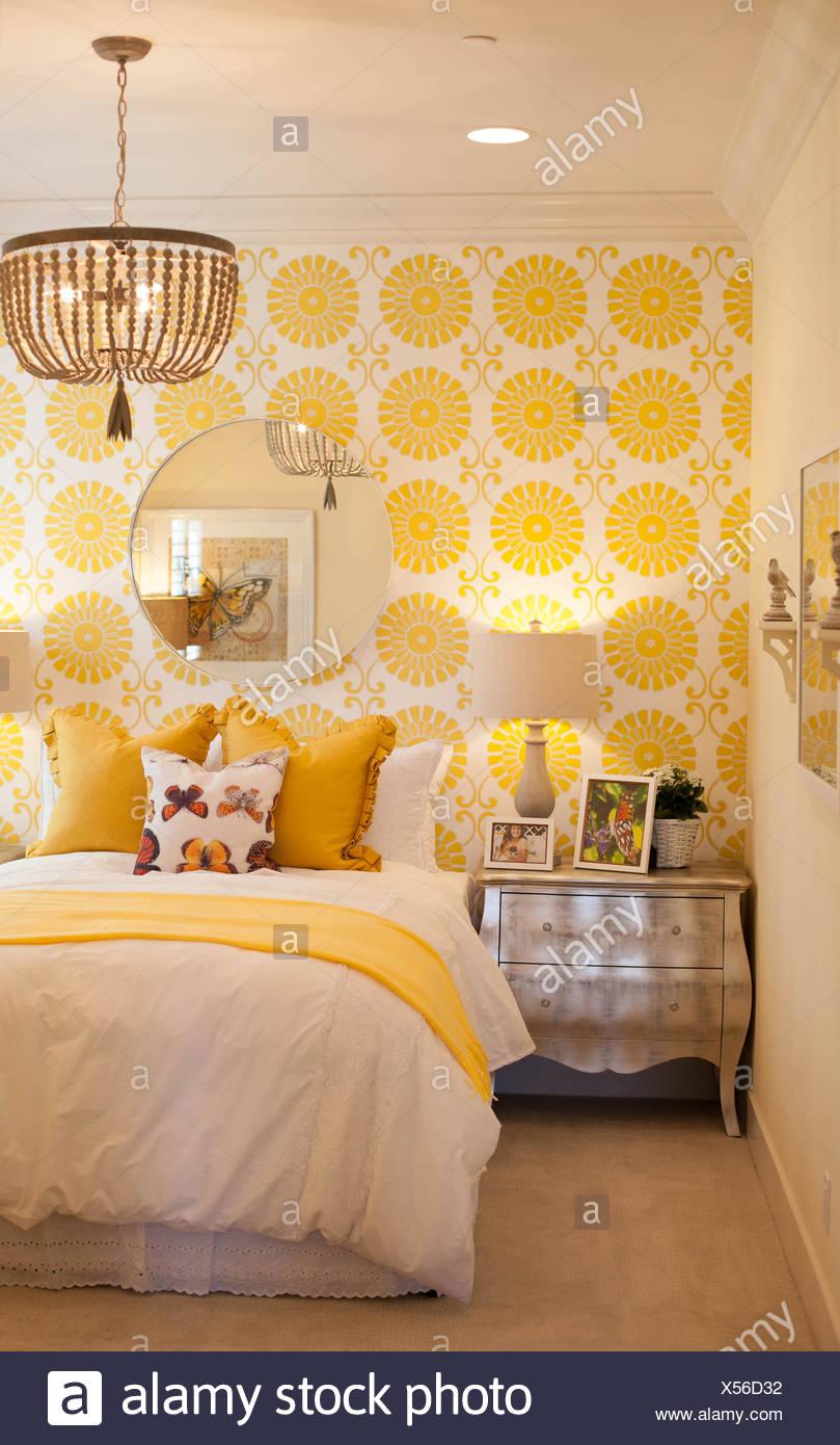 Gelbe Schlafzimmer, Muster auf Tapete und Kissen auf Bett ...