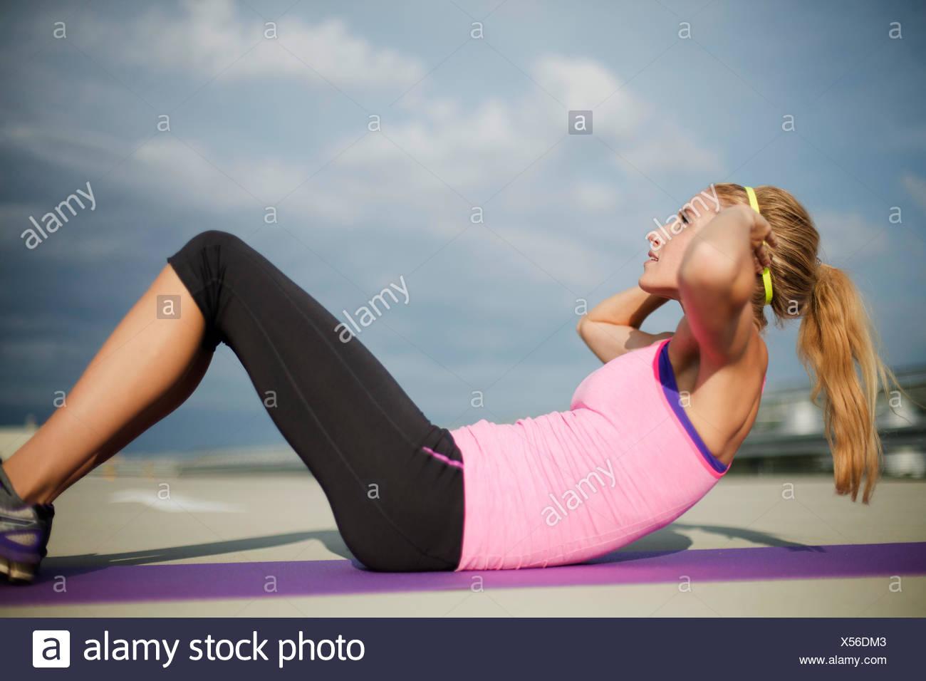 Junge Frau dabei Sit Ups Stockbild