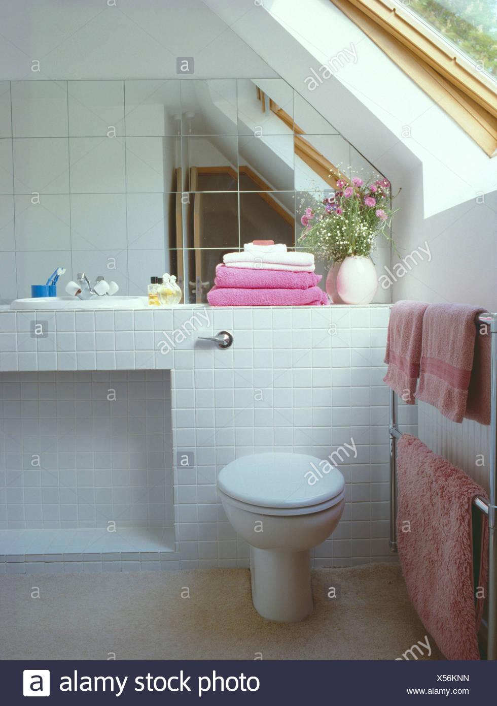 Spiegel Fliesen an Wand über Toilette im weißen Dachgeschoss ...