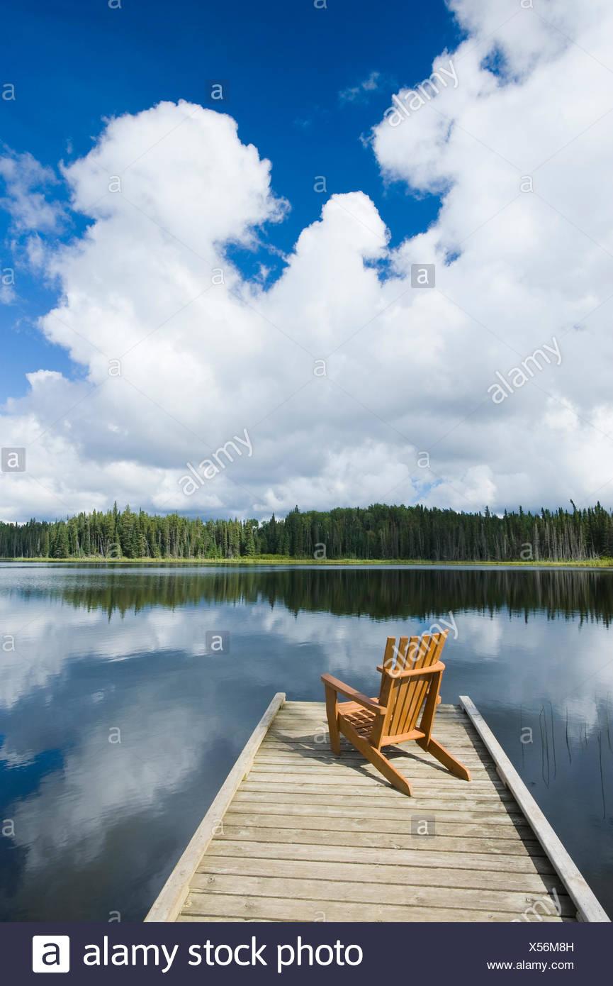 Stuhl auf Dock, 2 Mile Lake, Duck Mountain Provincial Park, Manitoba, Kanada Stockbild