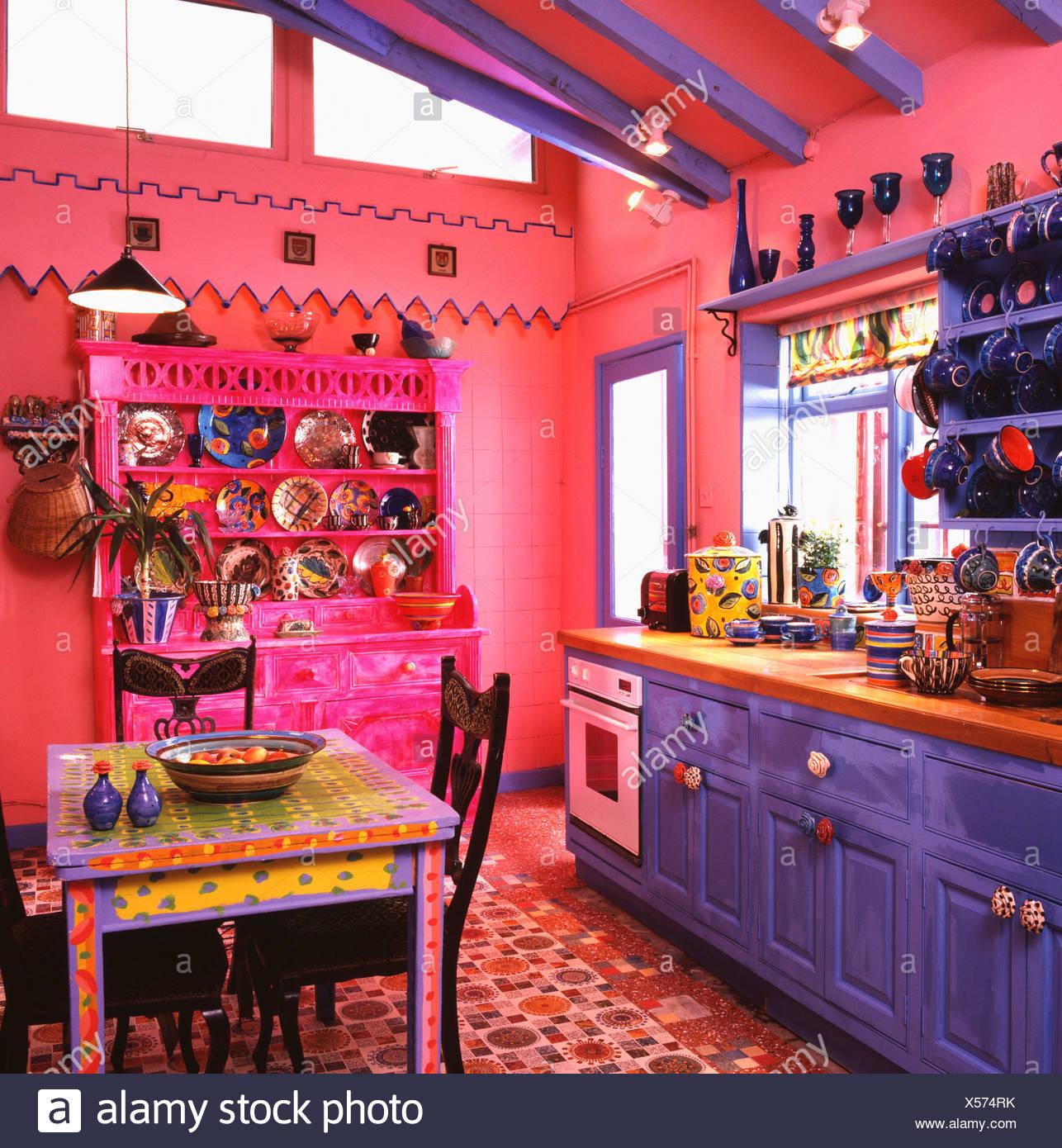 Bunt Bemalten Bunten Tisch In Hell Rosa Kuche Mit Pulsierenden Blau
