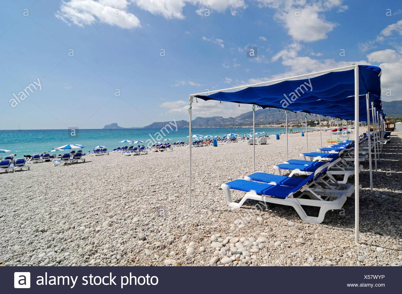 Leere blaue Stühle, Sonnenschirme, Kiesstrand, Albir, Altea, Costa Blanca, Alicante, Spanien, Europa Stockbild