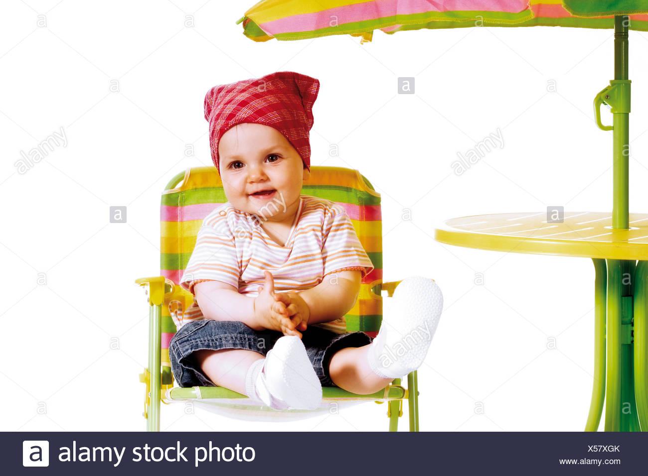 Campingstuhl Baby.Baby Tragen Ein Kopftuch In Einem Campingstuhl Stockfoto