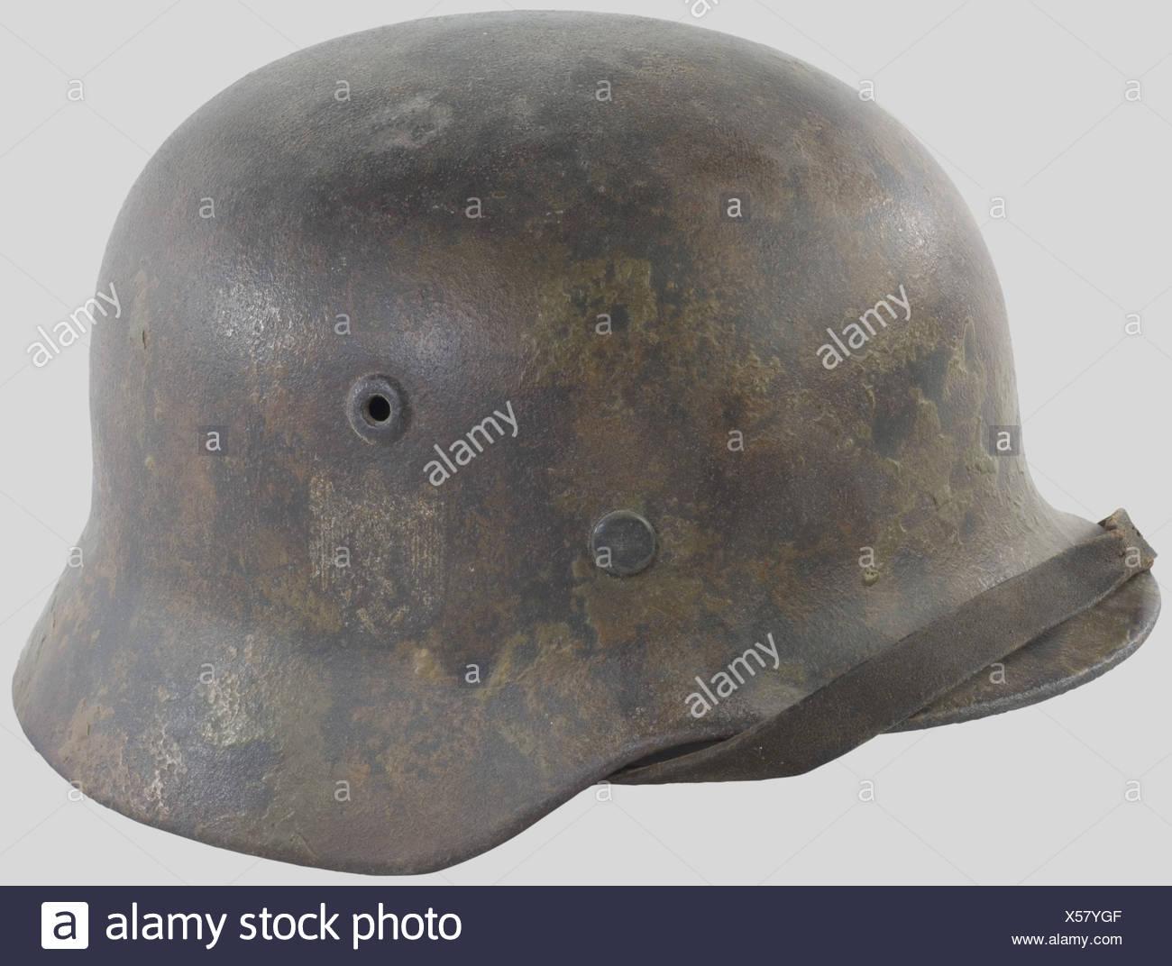 Wehrmacht, Casque camouflé, modèle 35/40, camouflé Deux t, aigle recouvert par le Camouflage. Intérieur assez porté.,, Additional-Rights-Spiel-NA Stockbild