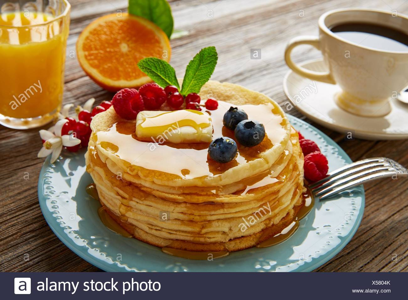 Pfannkuchen Frühstück Sirup Kaffee und Orangensaft mit Beeren. Stockbild