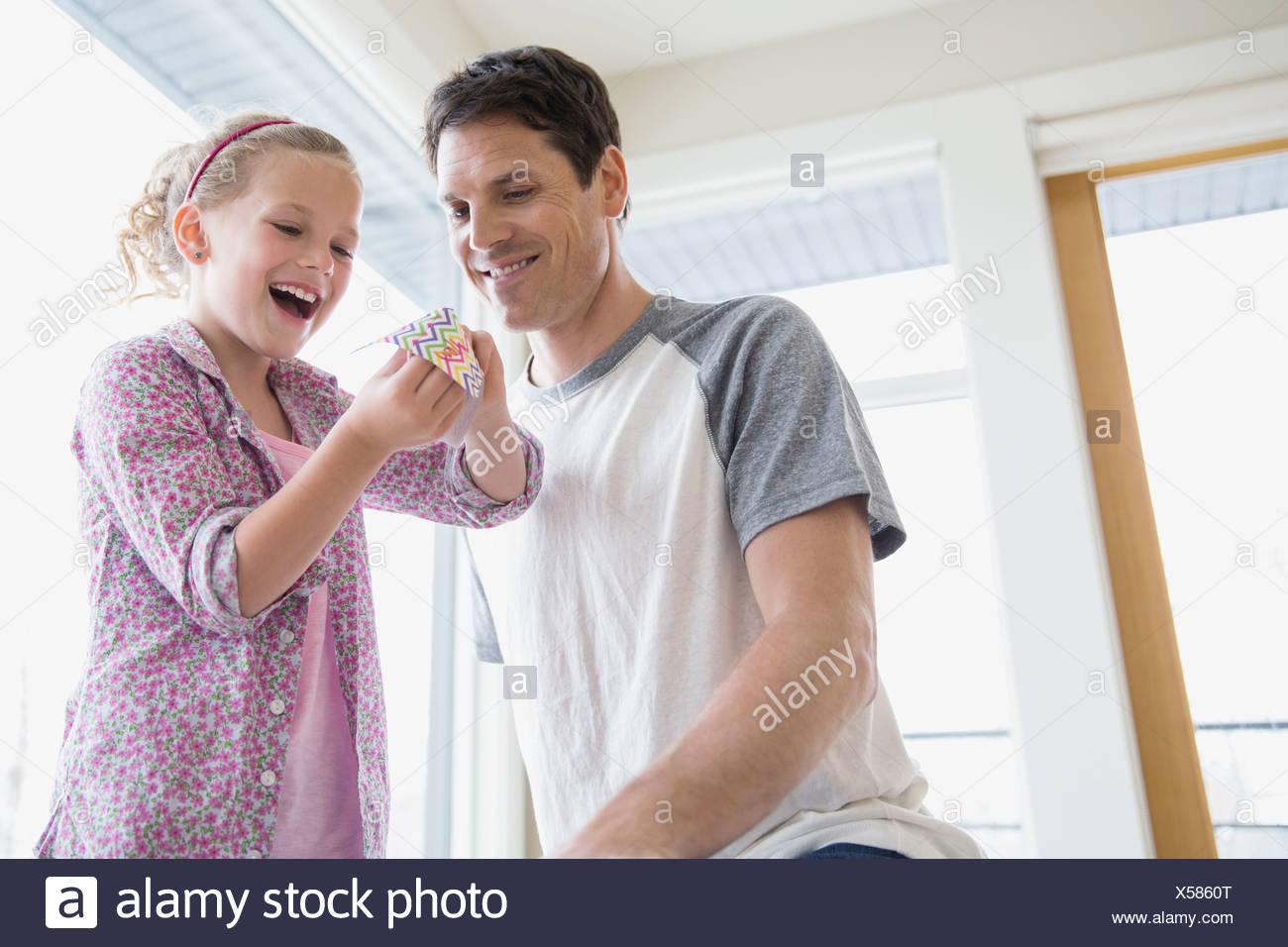 Vater und Tochter mit Origami Wahrsagerin Stockbild