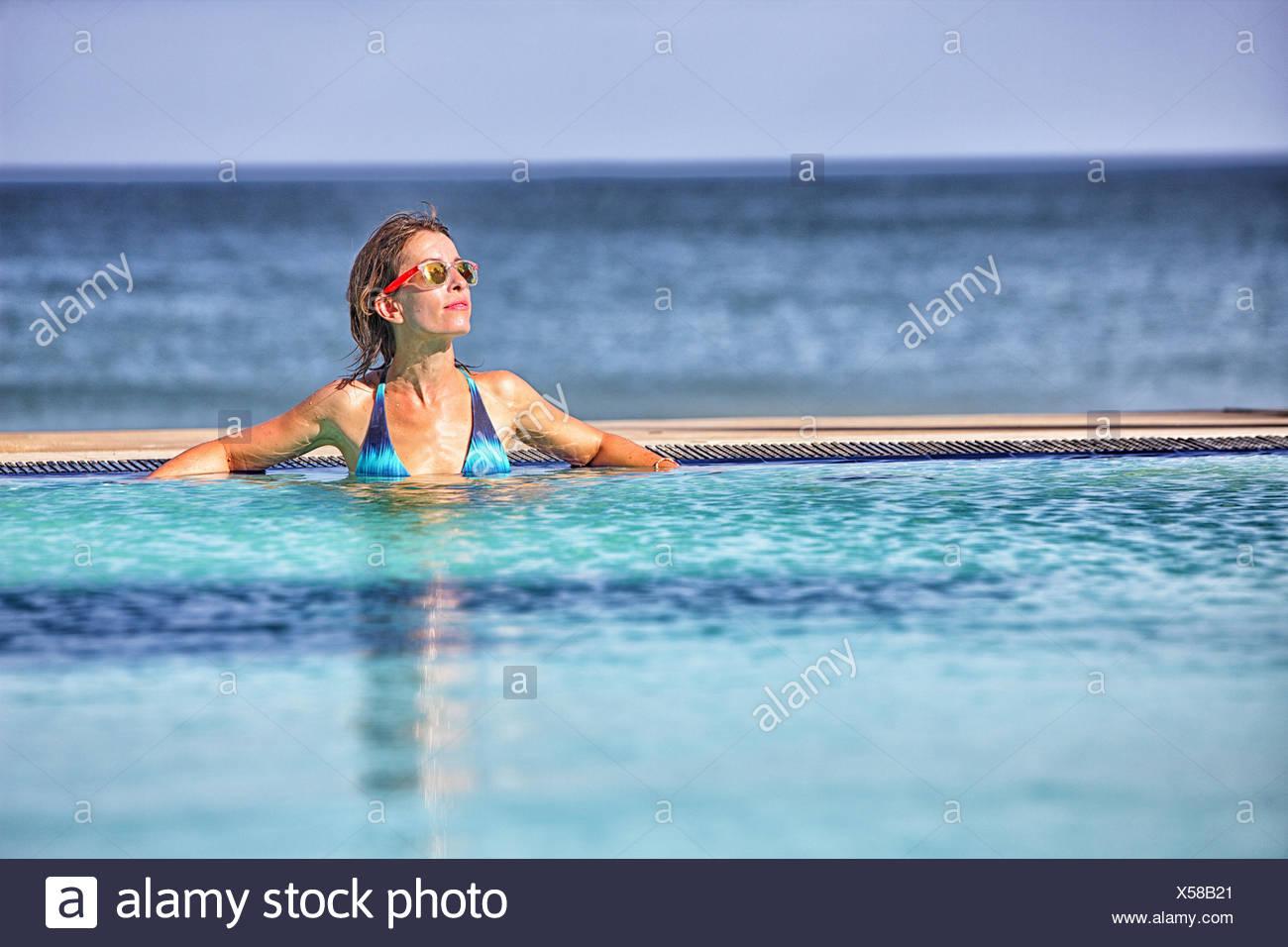 Frau, Sonnenbaden am Pool in Nilaveli. Sri Lanka Stockbild
