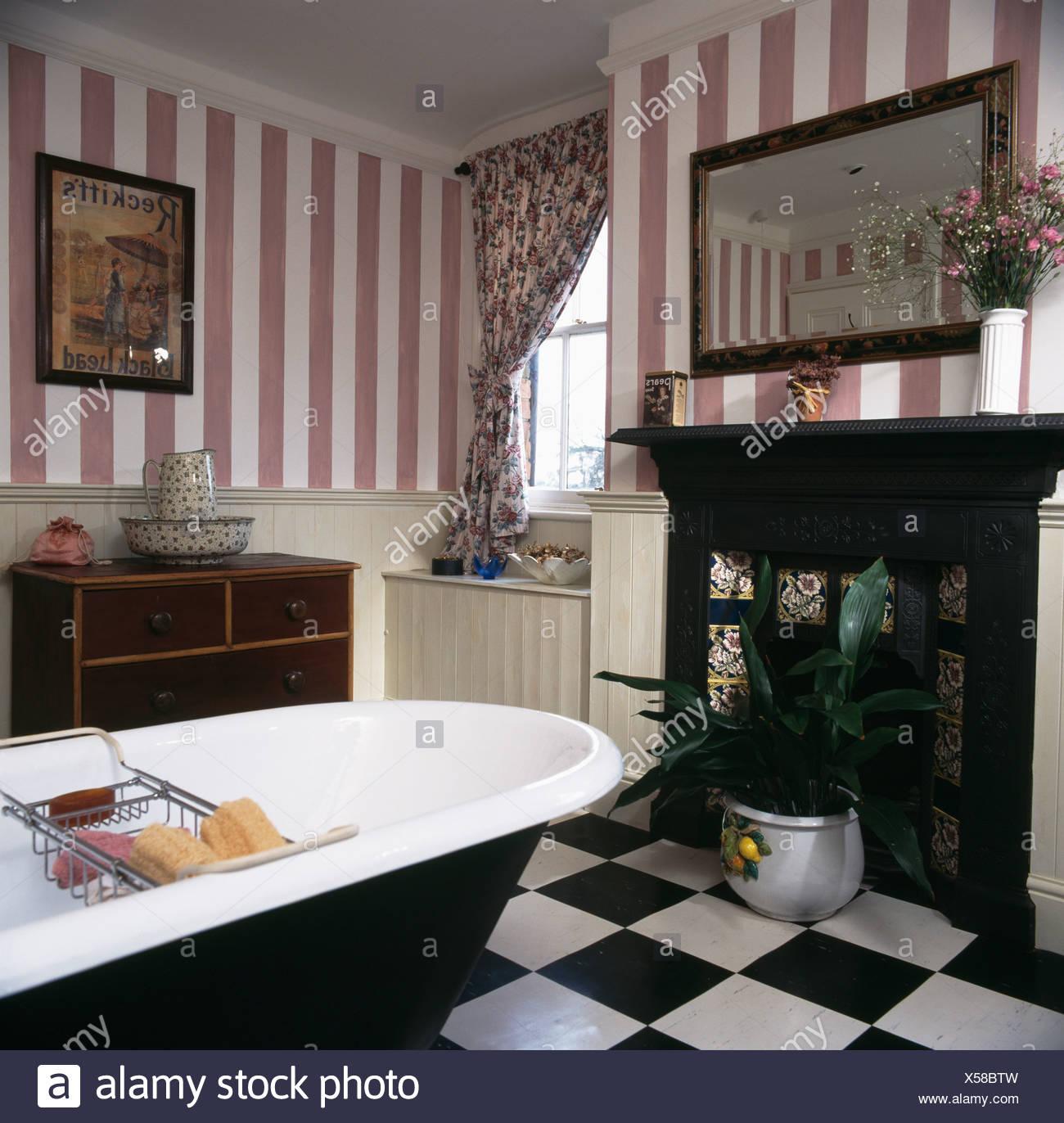 Rosa gestreifte tapete und roll top bad im land bad mit schwarzem gusseisen kamin und schwarz - Rosa weiay gestreifte tapete ...