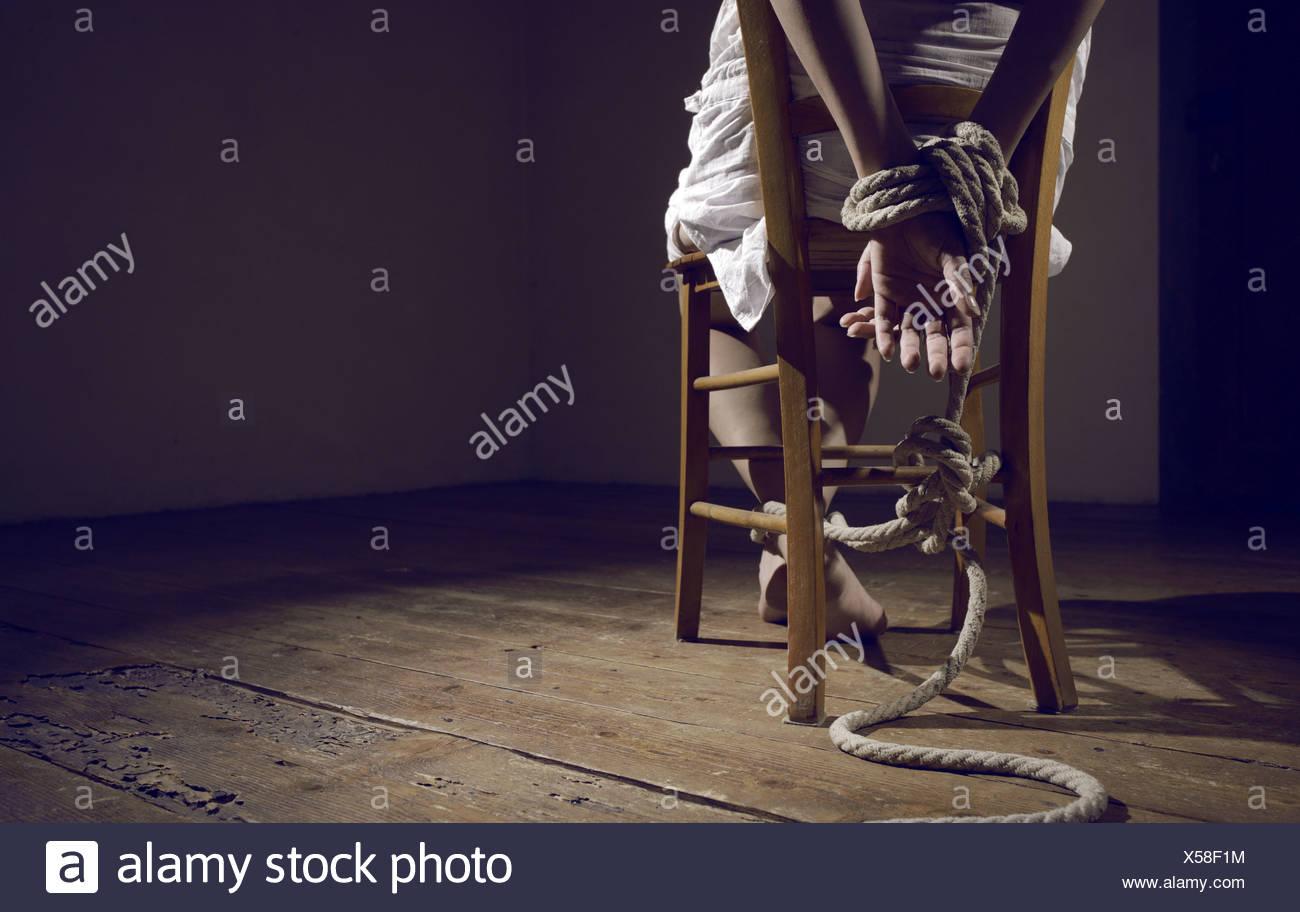 einem an Stuhl Raum Junge einen gefesselt leeren Frau in QdCWerBox