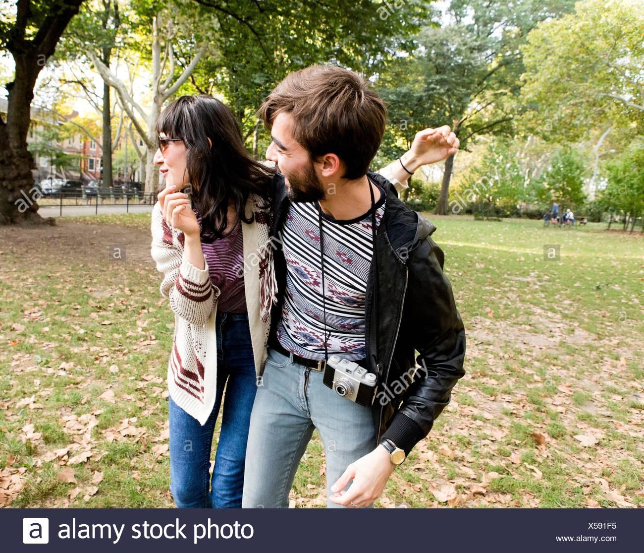 Glückliche junge Hipster paar herumalbern im park Stockbild