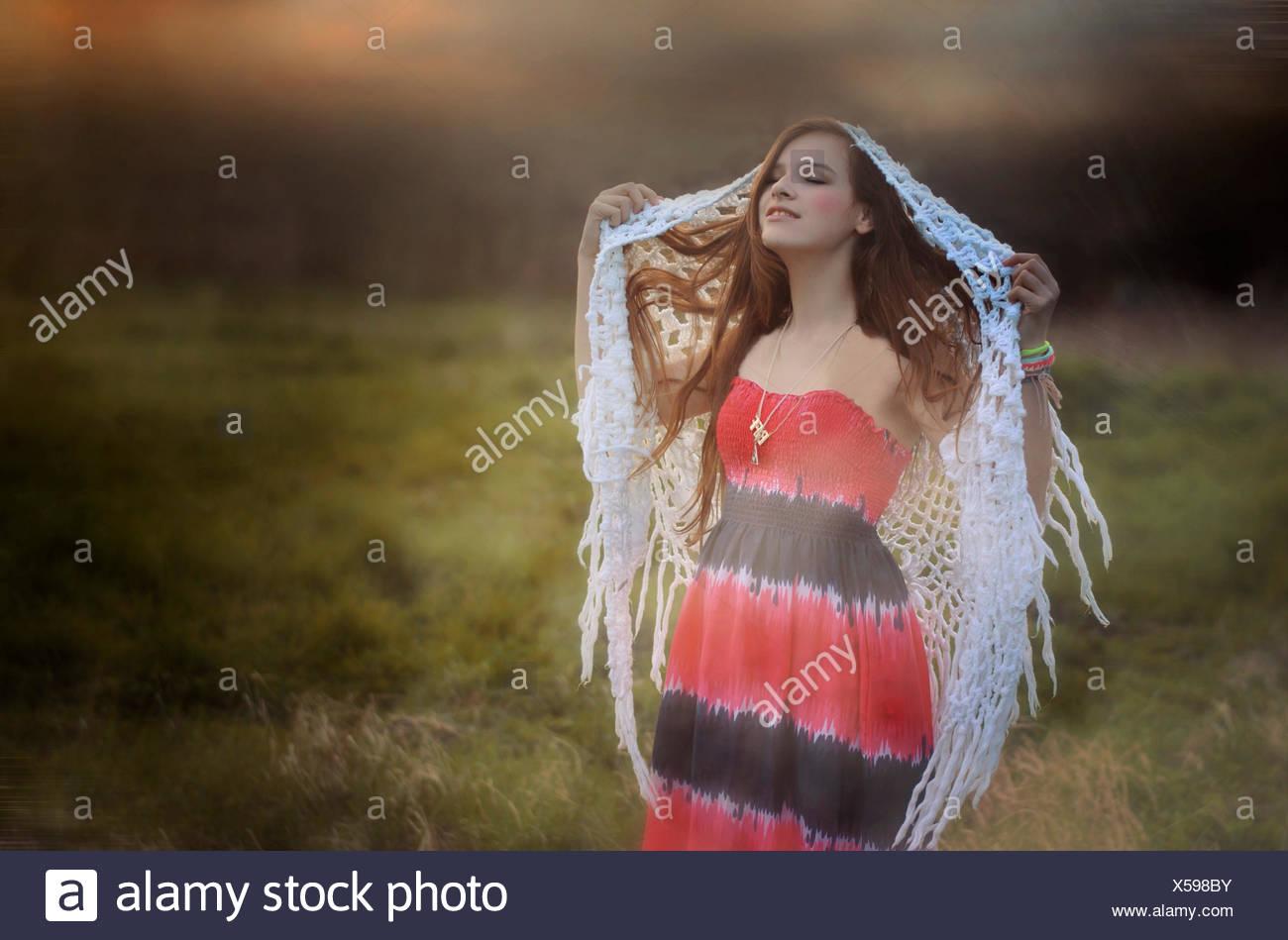Frau Wandern und Träumen auf nebligen Wiese Stockbild