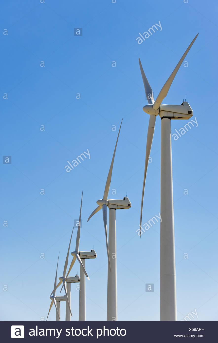 Niedrigen Winkel Ansicht von Windkraftanlagen Stockbild
