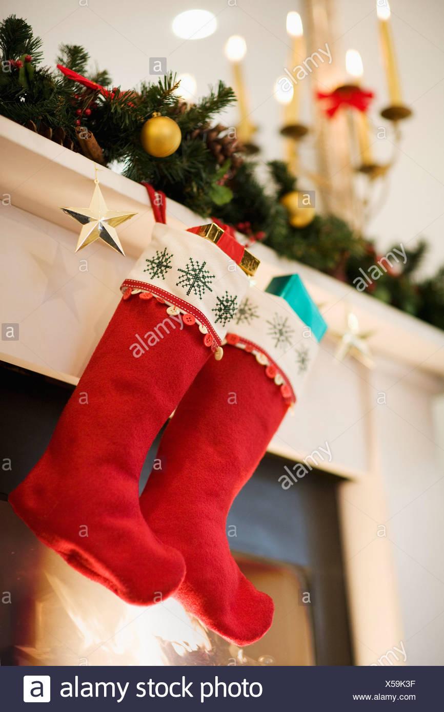 Weihnachtsstrümpfe Kamin Kaminsimses Hängen