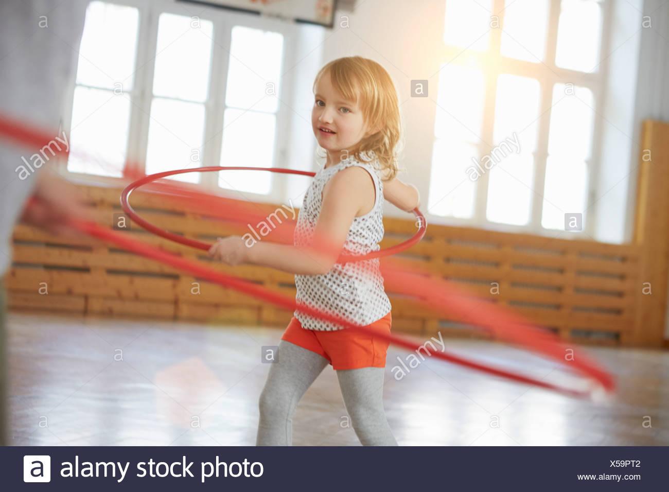 Mädchen Spinnen mit Gymnastik Band Stockbild