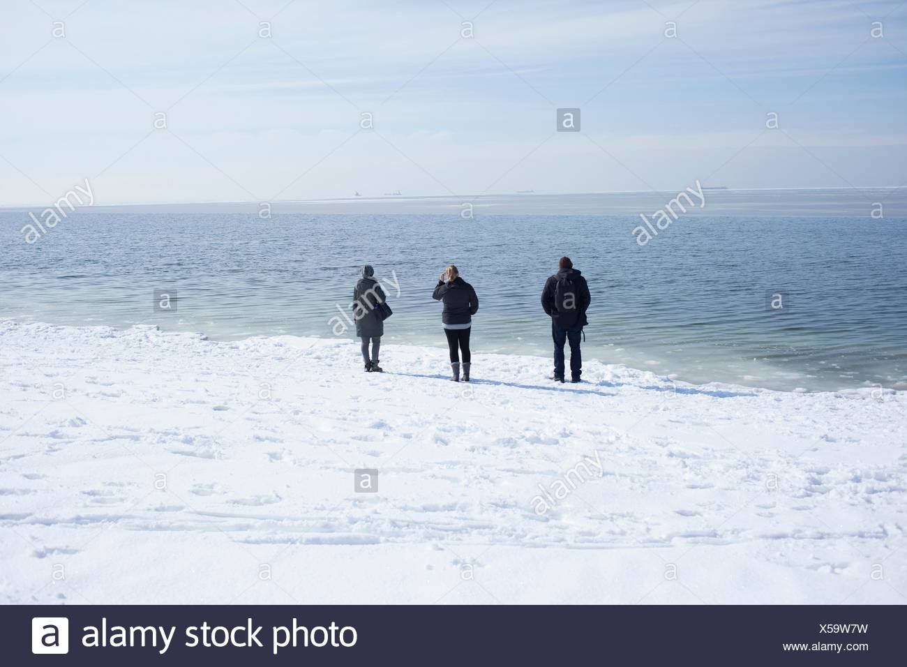 Drei Erwachsene Blick auf das Meer, Fairfield, Connecticut, USA Stockbild