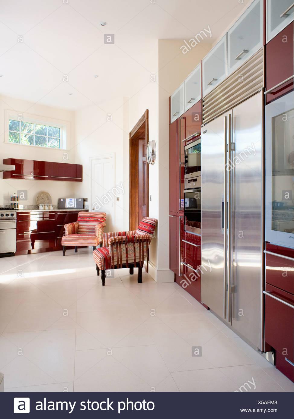 Creme-Böden in großen modernen Landhaus-Küche mit Edelstahl ...