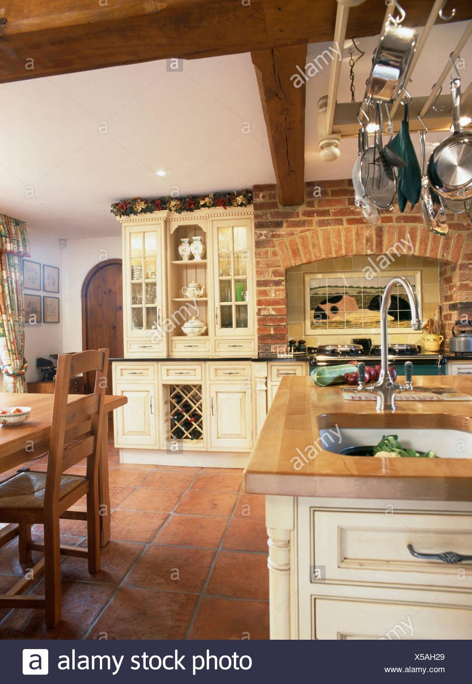 Terracottafliesen und Backstein Mauer im Landhaus-Küche mit ...