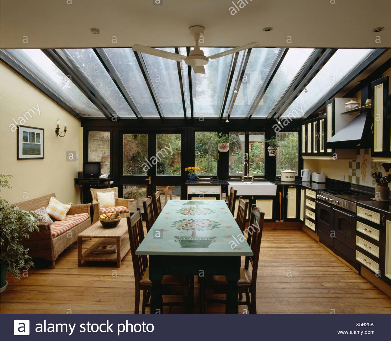 Dekorativ bemalt, Tisch und bequemen Sofa in moderne offene Küche ...