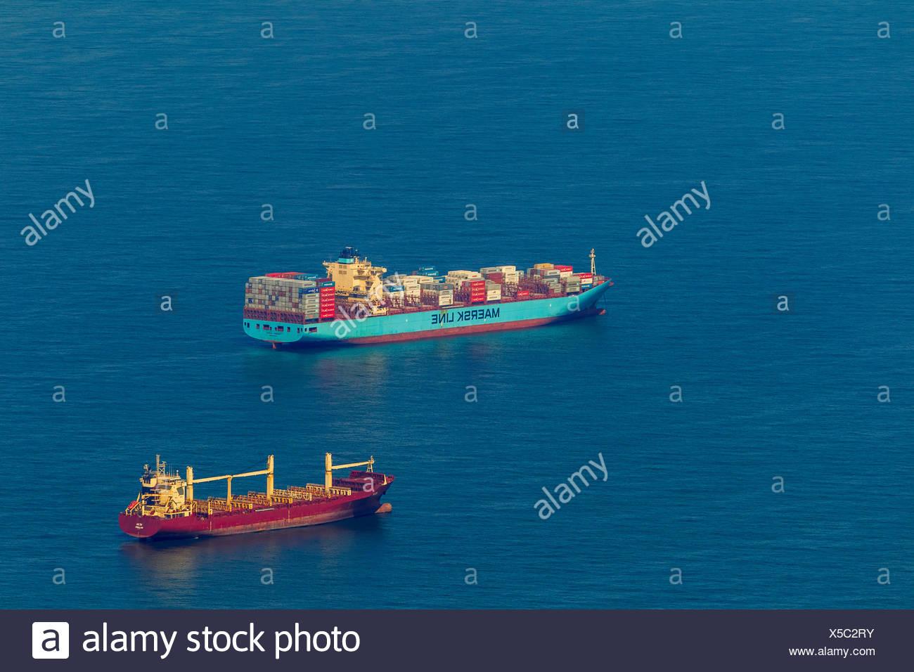 Luftaufnahme, Frachtschiffe am Anker, Reederei, Versandweg, Schiffe auf See, küstennahen Gewässern vor Wangerooge, Nordsee Stockbild
