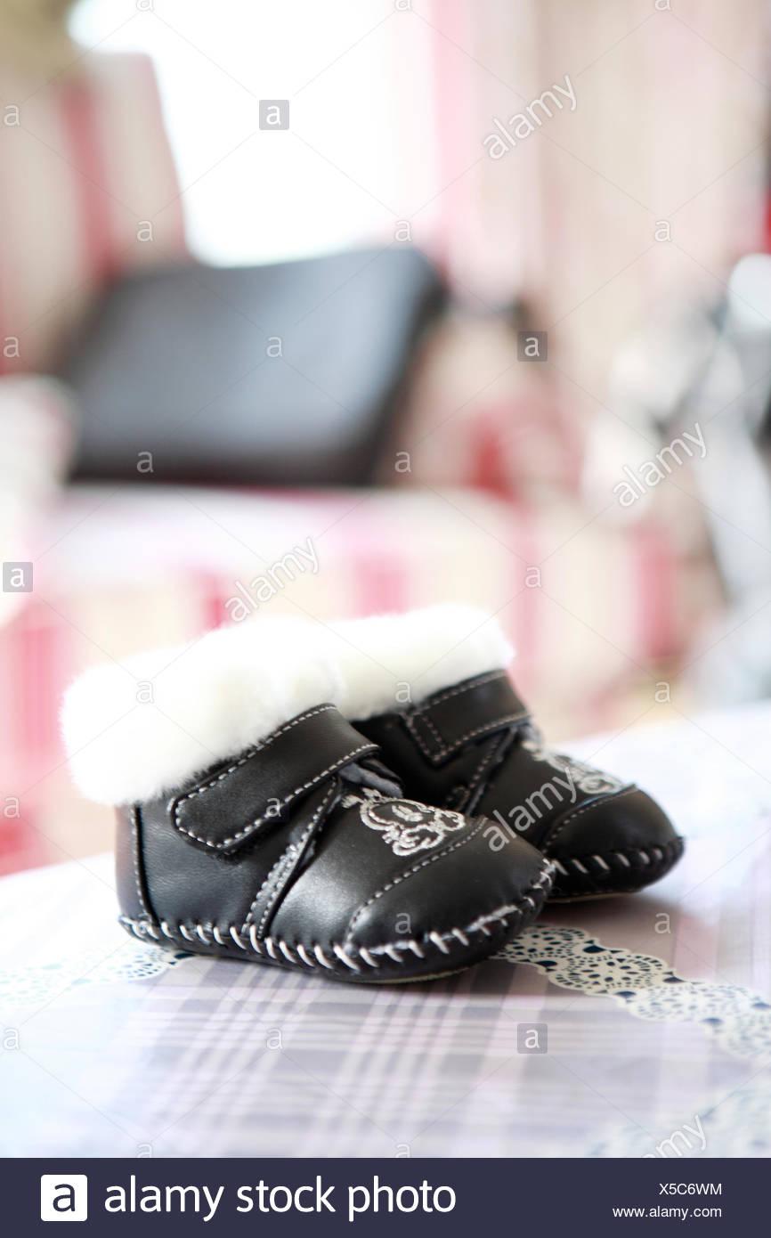 Rote Schuhe Für Kleines Mädchen Stockfoto Bild von innere