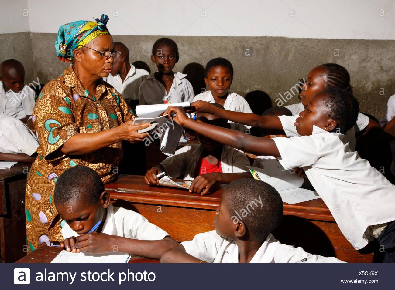 Lehrer und Schülerinnen und Schüler in Schuluniform während des Unterrichts, Kinshasa, Kongo Stockbild