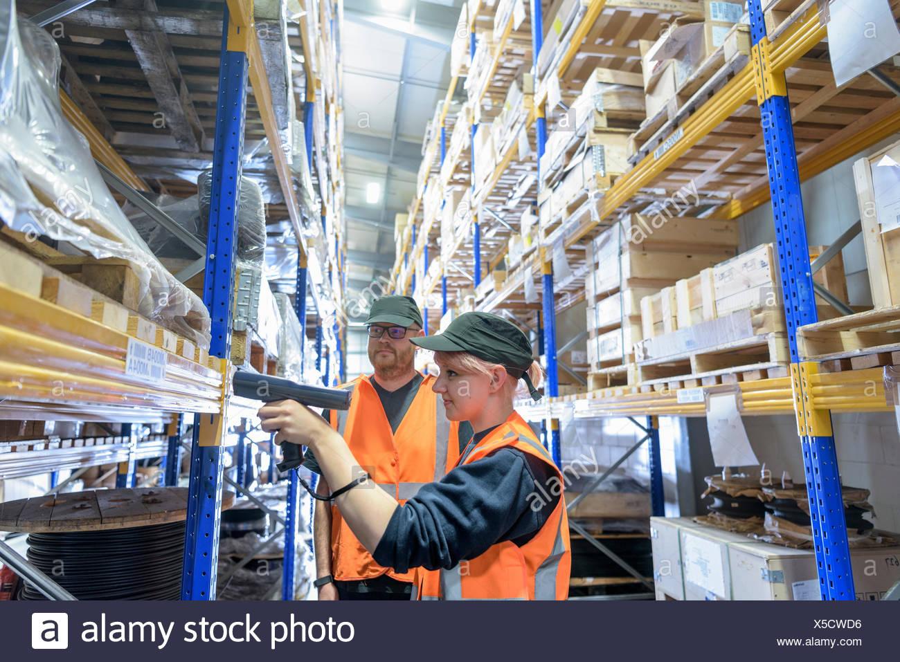 Lagerung Arbeiter scannen Teile in Zug arbeitet Lager Stockbild