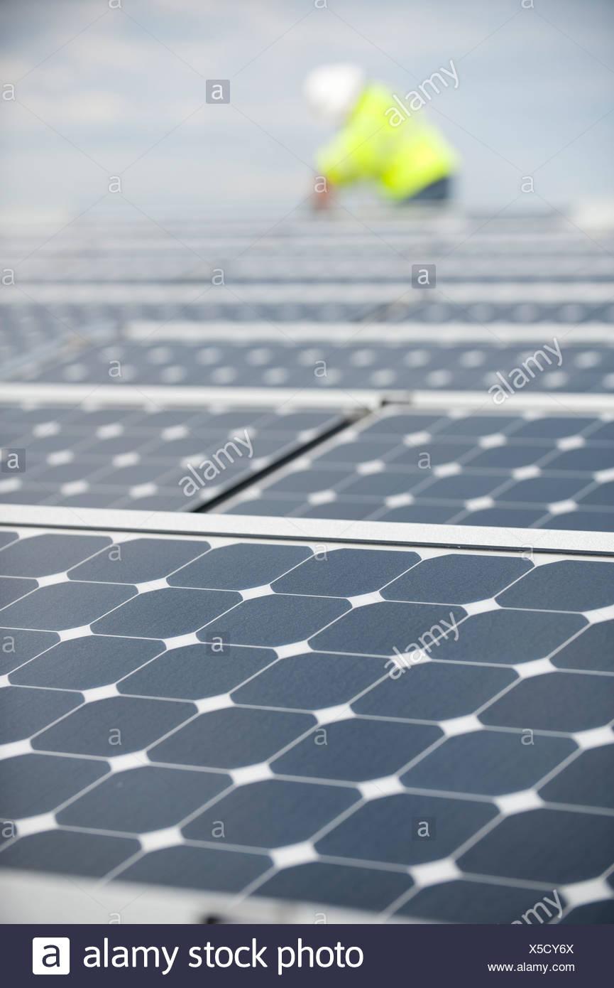 Grüne Energie Techniker stellt Photovoltaik-Module auf dem Dach Stockbild