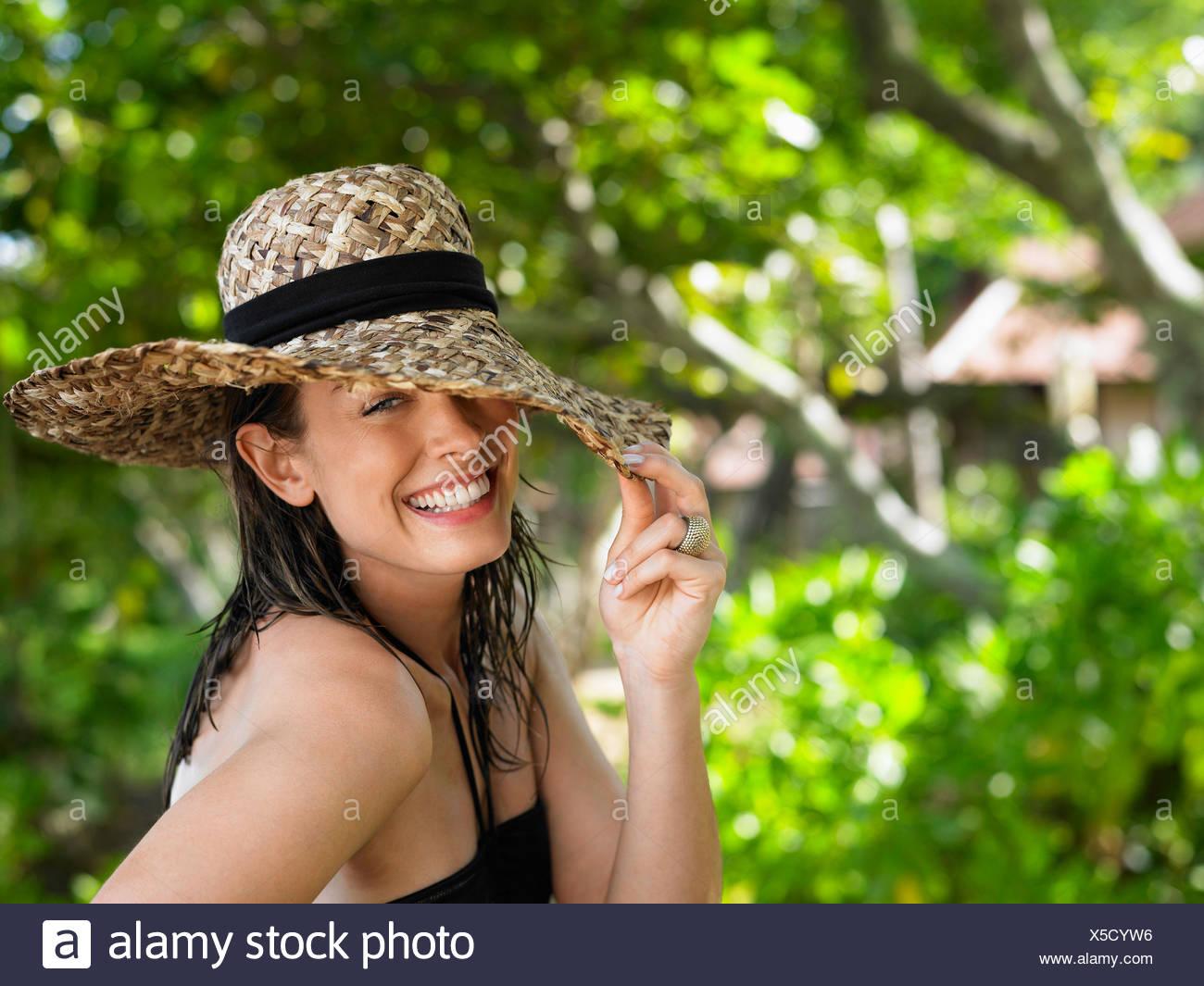 Junge Frau mit Sonnenhut Stockfoto