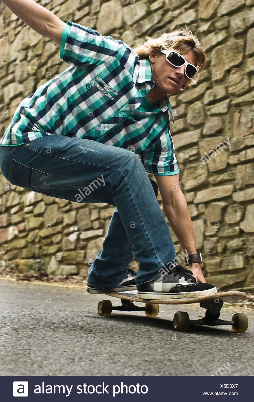 Skateboard downhill, Konzentration und Gleichgewicht, St. Agnes, Cornwall, UK Stockbild