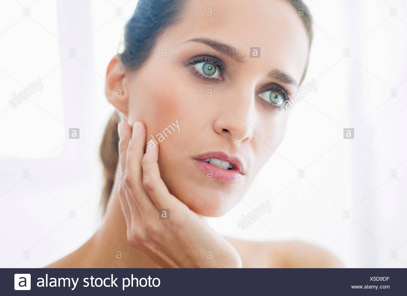Nahaufnahme einer schönen Frau wegschauen Stockbild