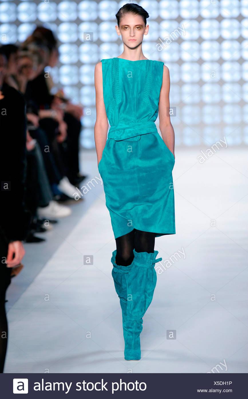 Modell Mit Turkis Blauem Wildleder Kleid Passende Stiefel Stockfoto
