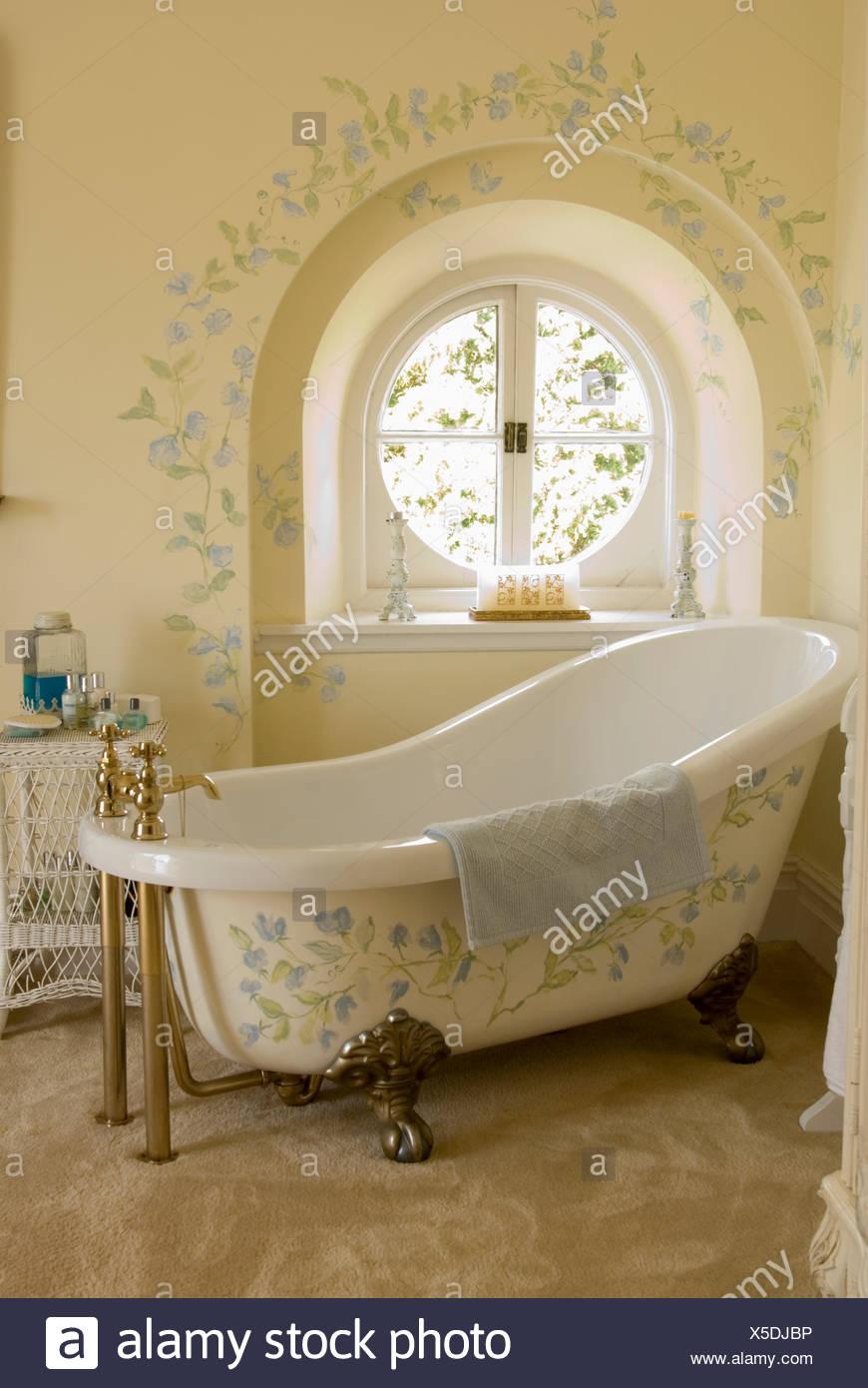 Genial Creme Bad Mit Floraler Bemalung Auf Rolltop Bad Vor Kreisrundes Fenster Mit  Passenden Dekoration An Wand