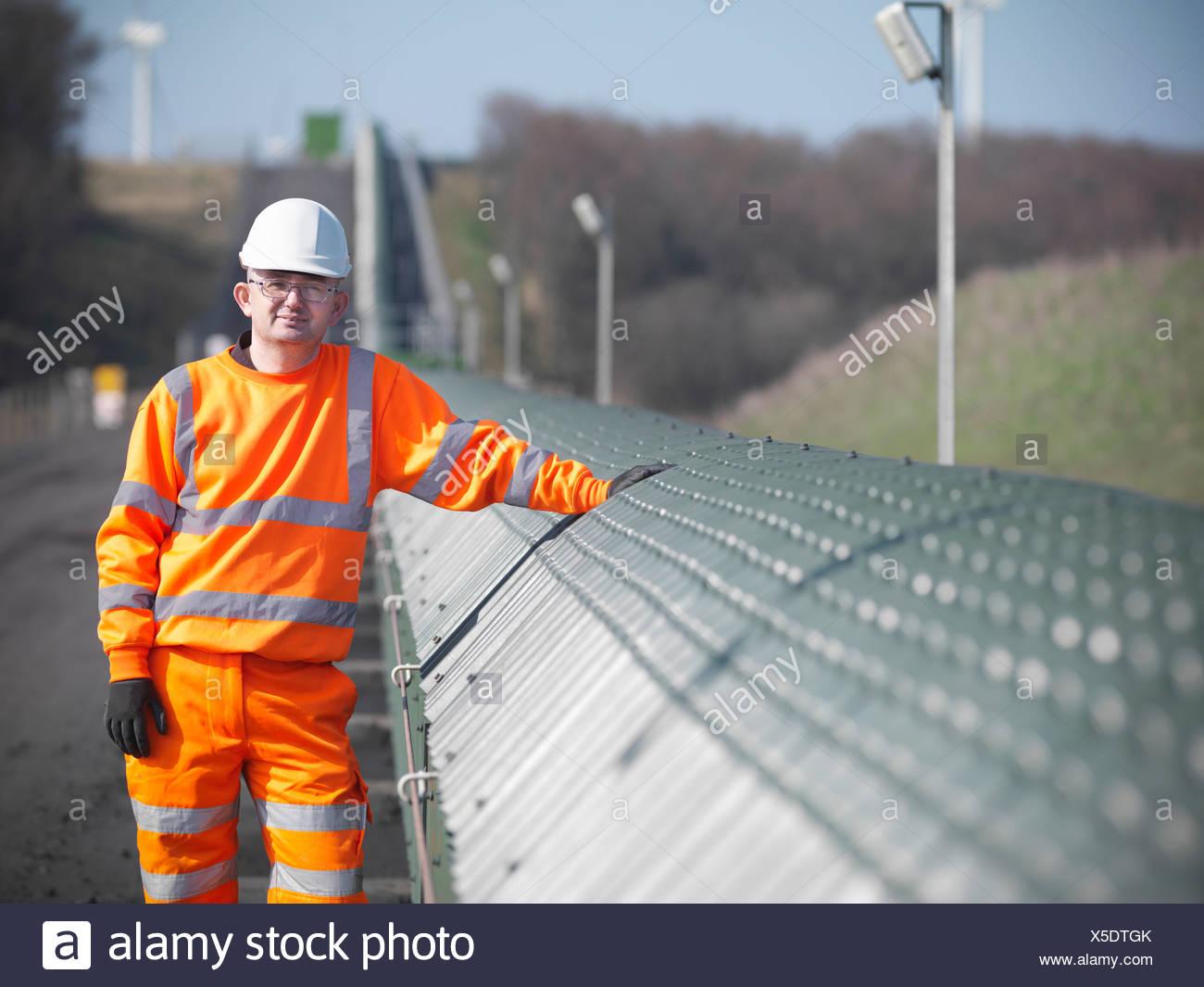 Arbeiter von Förderband im Kohlebergwerk Stockbild
