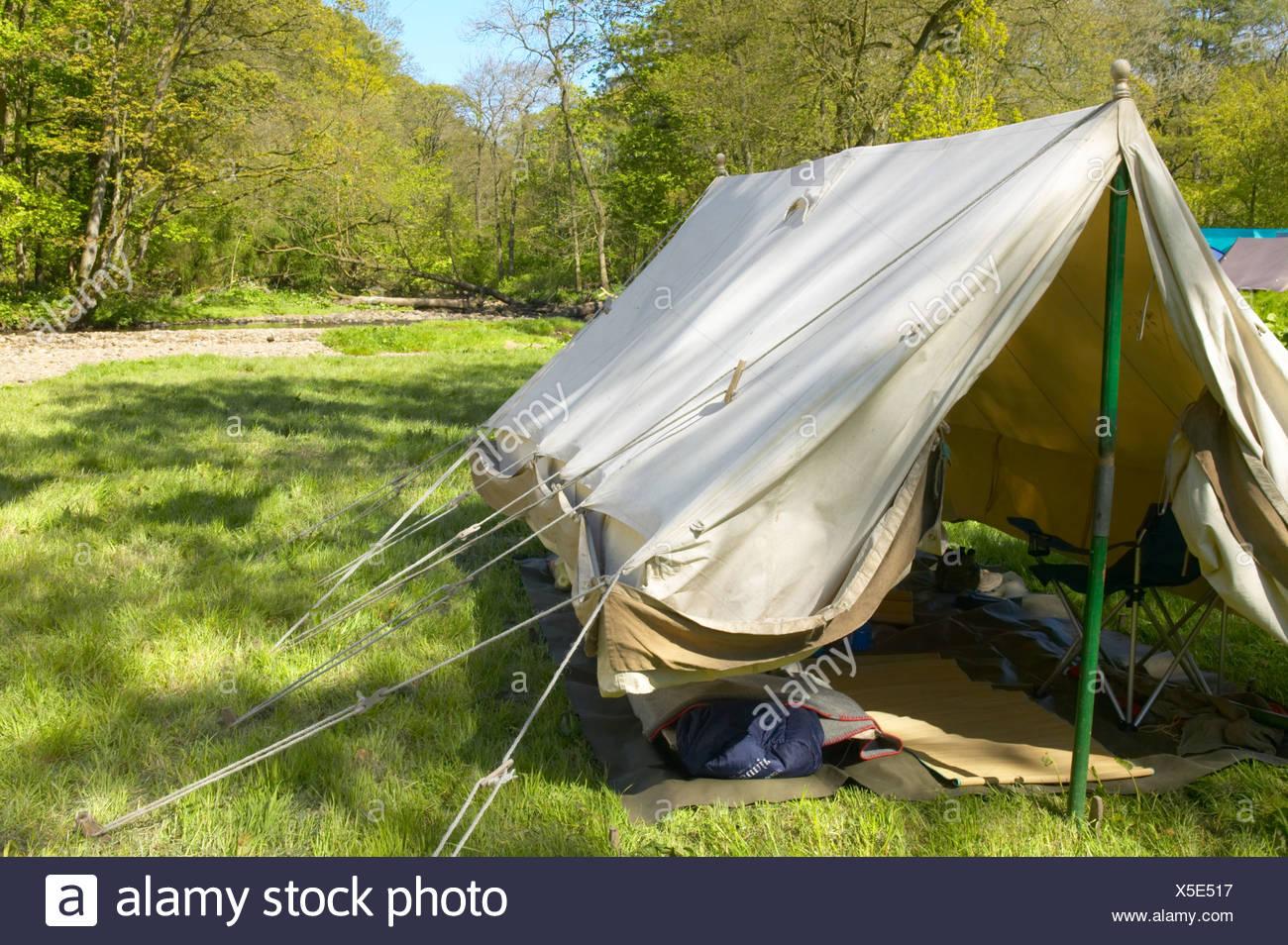 Ein Stoff Canvas Zelt in einem Garten in Devon, UK, mit