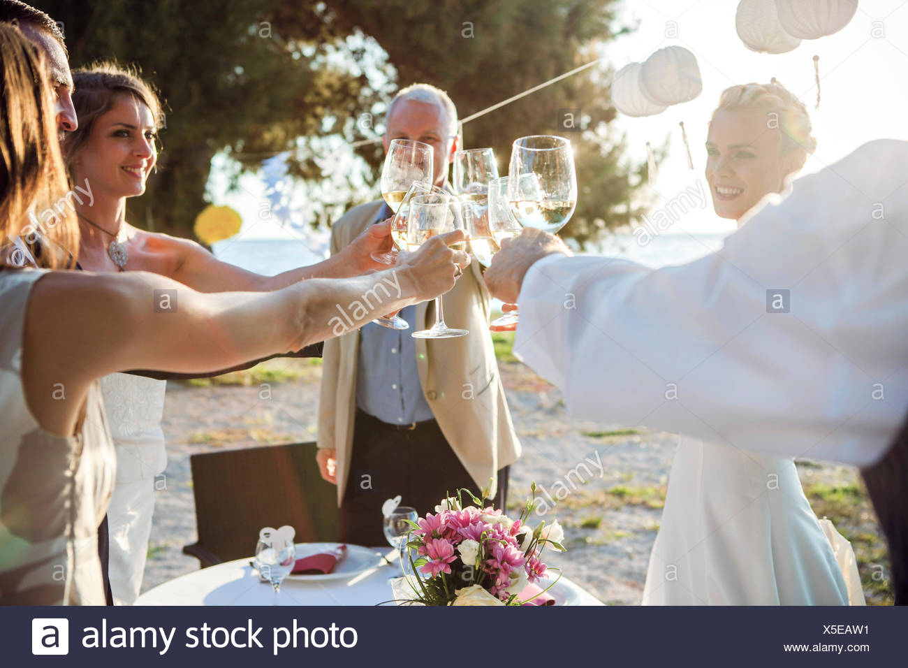 Trinken Champagner Bei Hochzeitsfeier Am Strand Stockfoto Bild
