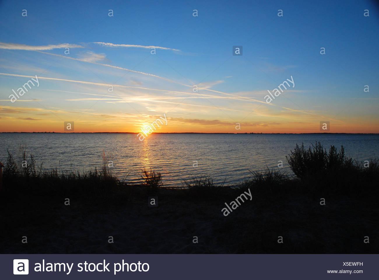 Die Ostsee, Sonnenuntergang, Norddeutschland, Deutschland, Ostsee, Meer, See, Gewässer, die Sonne, Überlegung, Abend, Himmel, blau, Kondensstreifen, Nachleuchten, Abend tuning, Landschaft, Natur, Romantik, Idylle, grass, niemand, Horizont, Stockbild