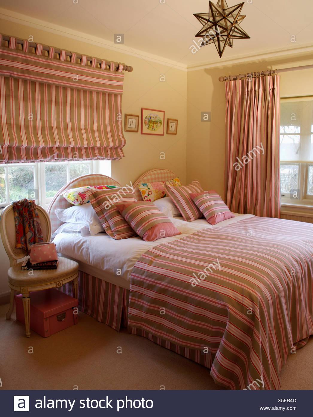 Passende braun, rot und Creme gestreiften Vorhänge und Bettwäsche im ...